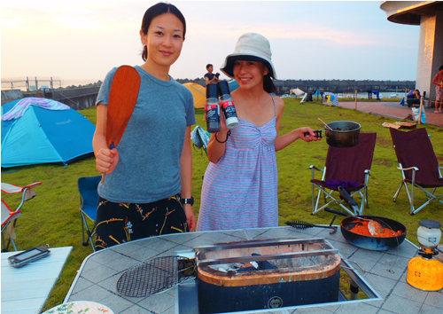 黒七輪でキャンプ飯をつくるアウトドア女子